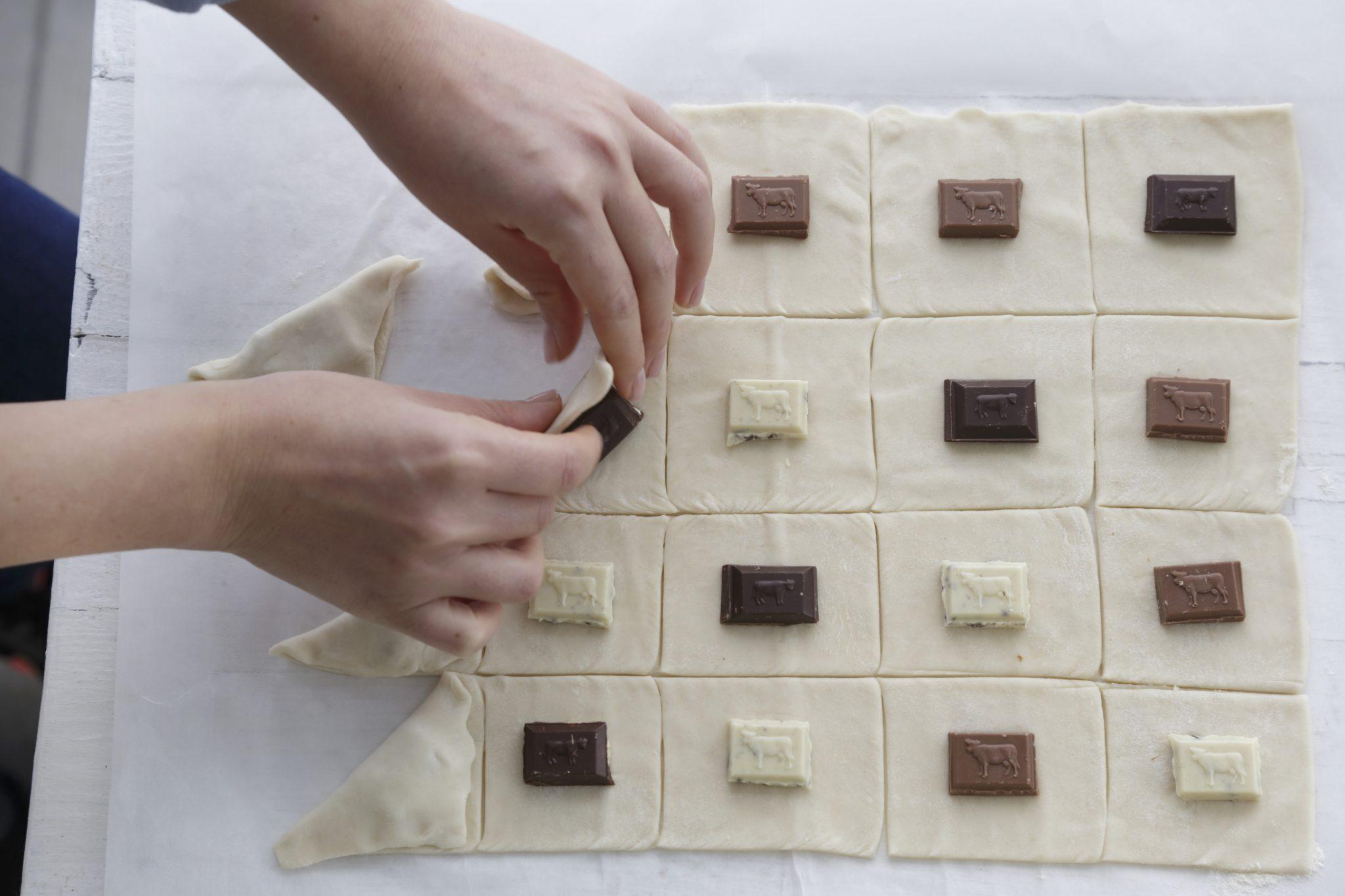 מניחים במרכז כל ריבוע קוביית שוקולד.