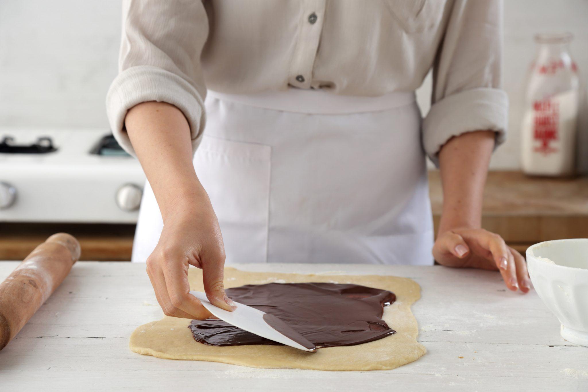 מורחים מחצית מכמות מלית השוקולד בשכבה דקה.