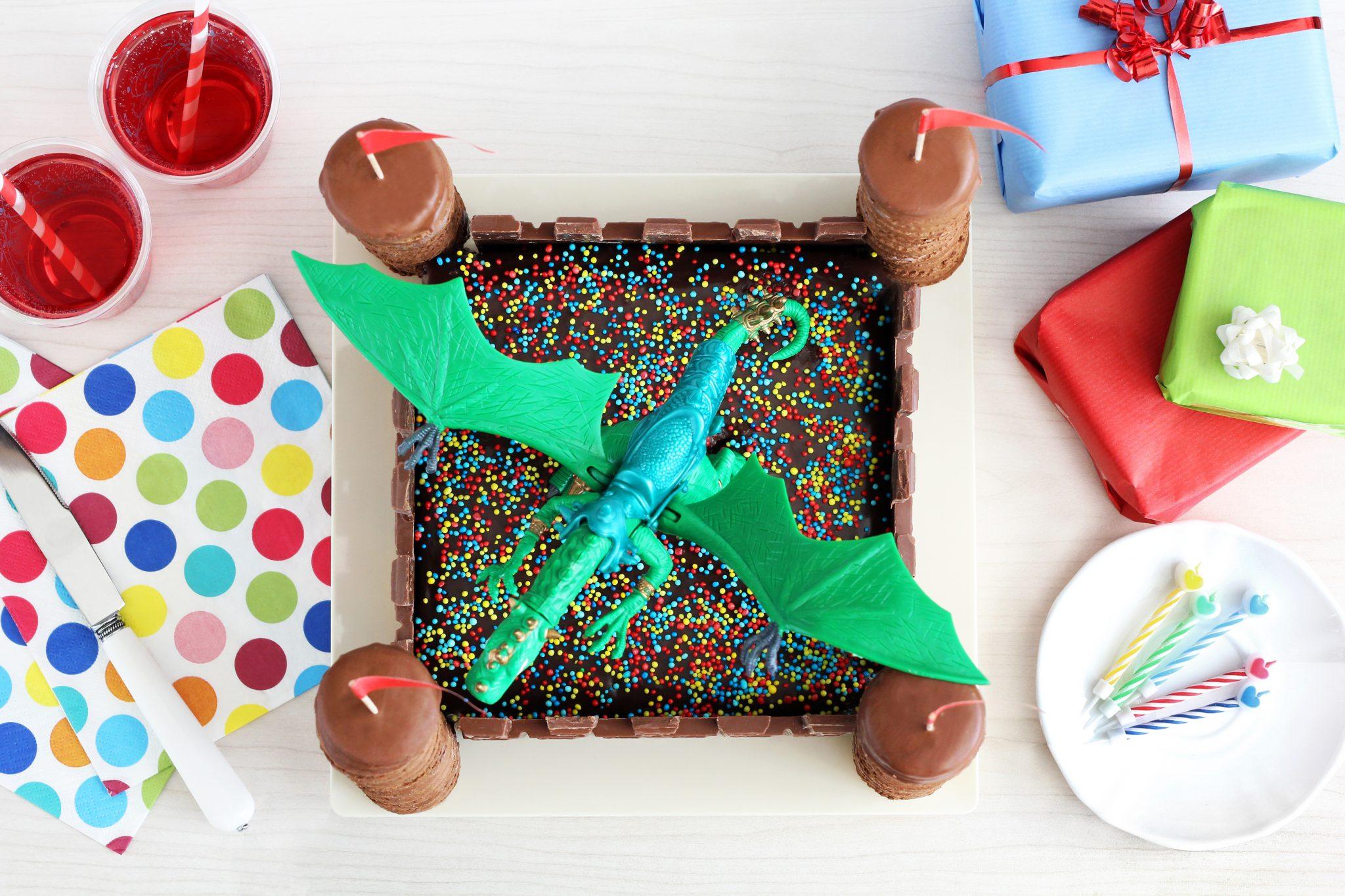 עיטור עוגת יום הולדת טירה עם קירות השוקולד