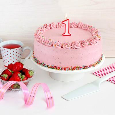 עוגה ורודה של שוקולד לבן ותותים