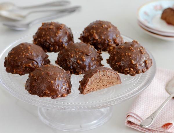 כיפות מוס שוקולד בציפוי שוקולד ואגוזים