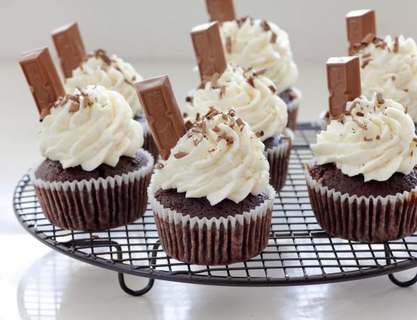 קאפקייקס דאבל שוקולד עם אצבעות שוקולד