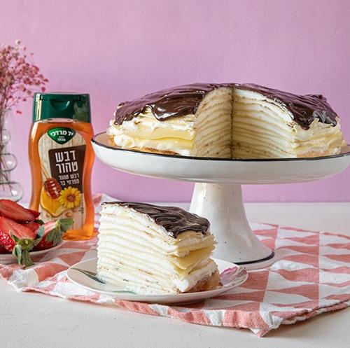 עוגת קרפים במילוי קרם וניל ומייפל עם רוטב שוקולד