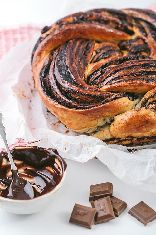 עוגת שמרים עגולה עם המון שכבות שוקולד