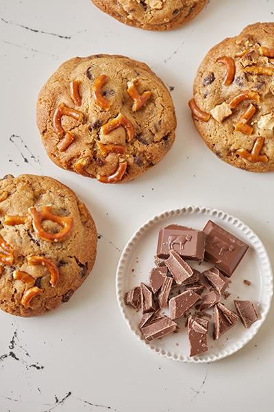 עוגיות שוקולד צ'יפס במילוי טופי קרמל מלוח ובייגלה